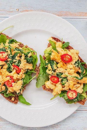 Pinaatti-chili munakokkeli