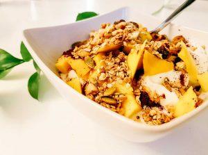 granolaa ja hedelmia