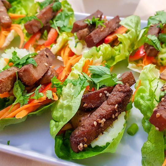Seesamitofu salaattikääröt