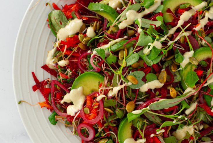 Tuorepunajuuri salaatti cashewkermalla