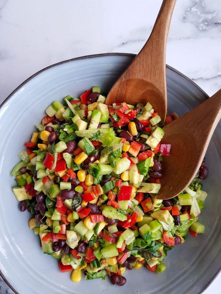 Meksikolainen salaatti on täynnä makua