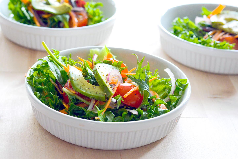 Helppo ja nopea lisäkesalaatti sitruunavinegretillä