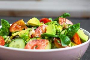 Tomaatti-kurkku-avokadosalaatti