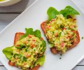 Avokado-kananmunatoastit