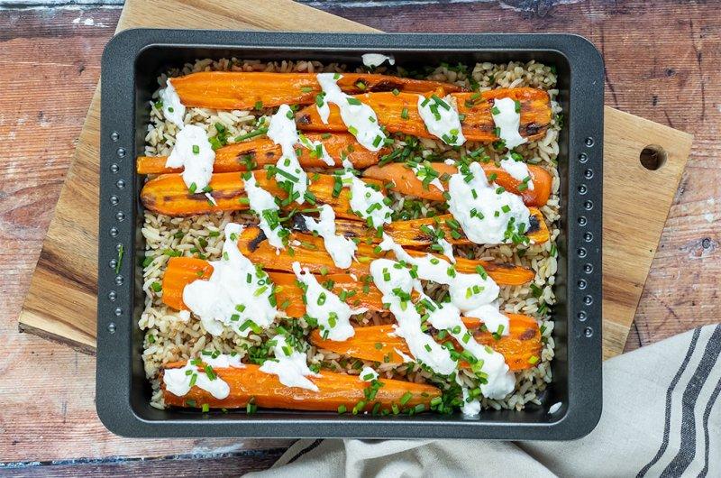 Paahdettuja porkkanoita, fetakastiketta ja riisiä