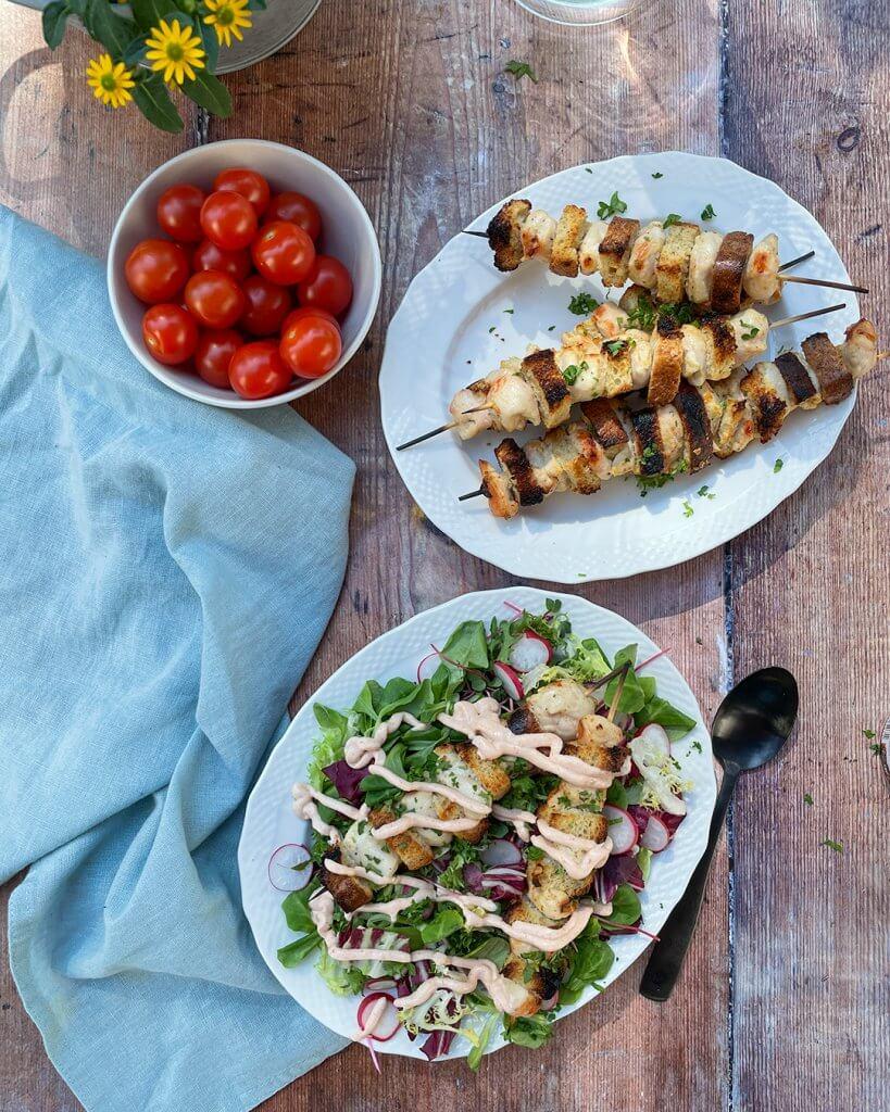 Kana-leipäkebab salaatilla ja dippikastikkeella