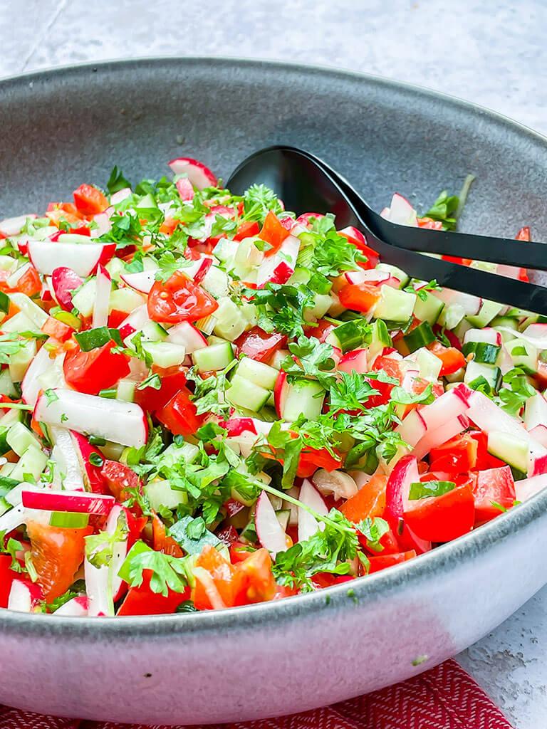 Tomaatti-kurkku-paprikasalaatti