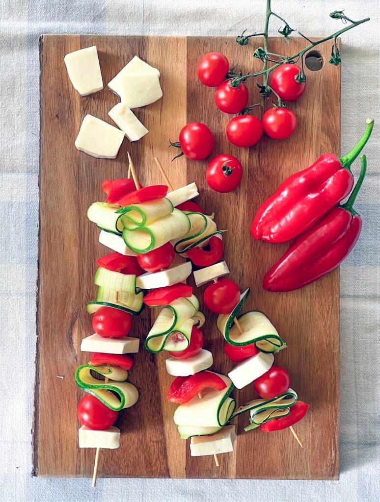 Grillijuusto kasvisvartaat basilikaöljyllä