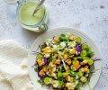 Herkullinen rucolasalaatti kurkkukastikkeella