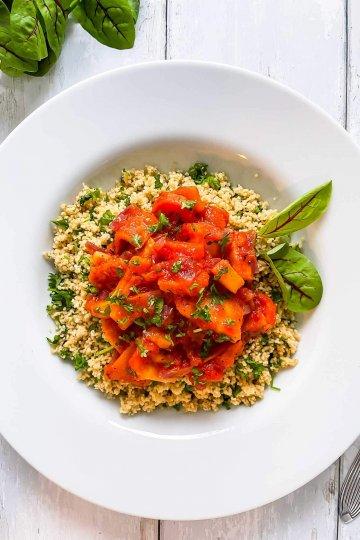 Paahdettuja juureksia tomaattikastikkeessa ja couscousia