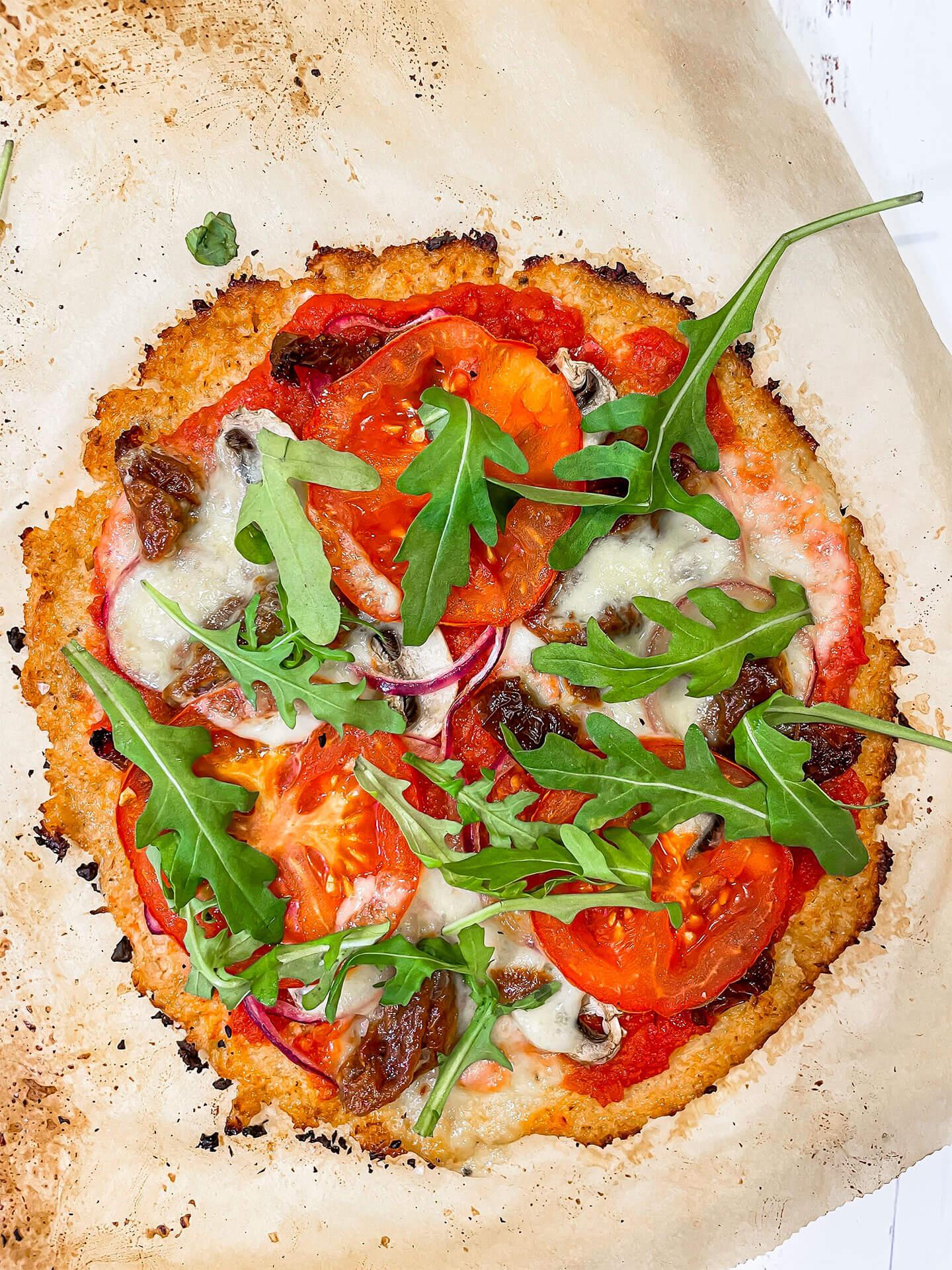 Pizza kukkakaalipohjalla