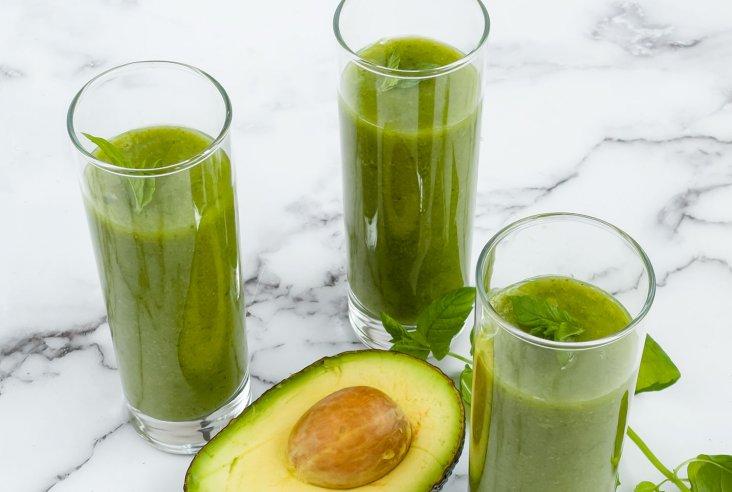 Vihreä lehtikaali-hedelmäsmoothie