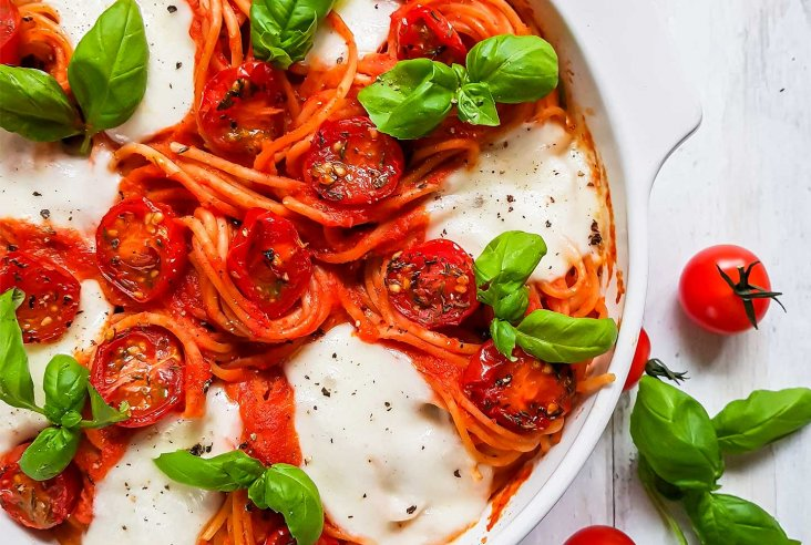 Spagettivuoka tomaatti-paprikakastikkeella
