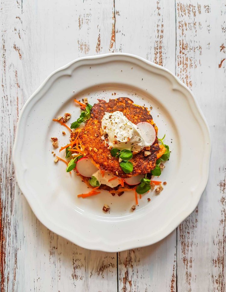 Palsternakka-porkkanaletut jogurtilla ja salaatilla