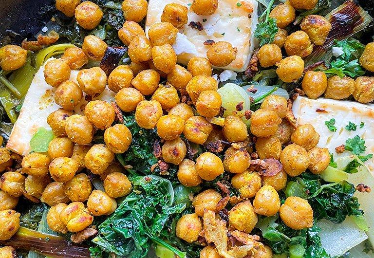 Uunifetaa, kikherneitä ja vihreitä vihanneksia
