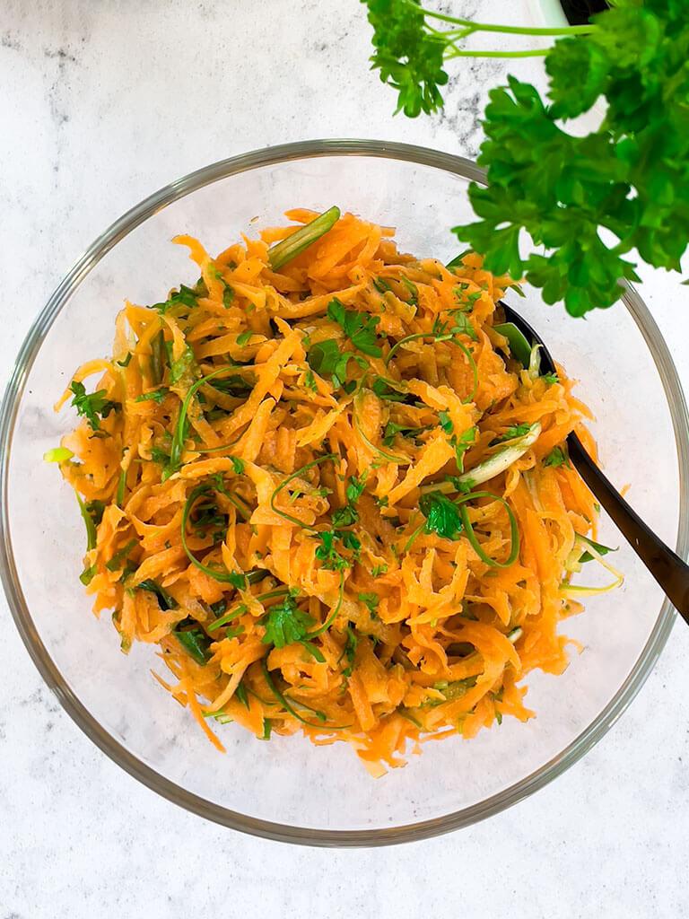 Mehukas porkkanaraastesalaatti