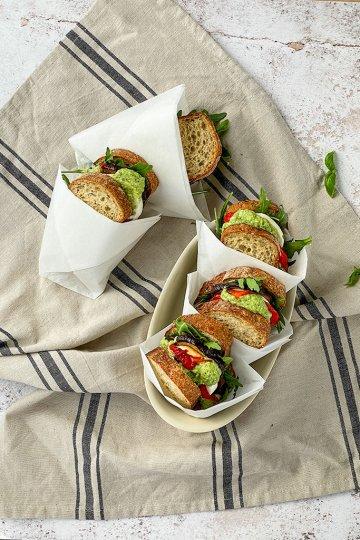 Mozzarella-pesto sandwich