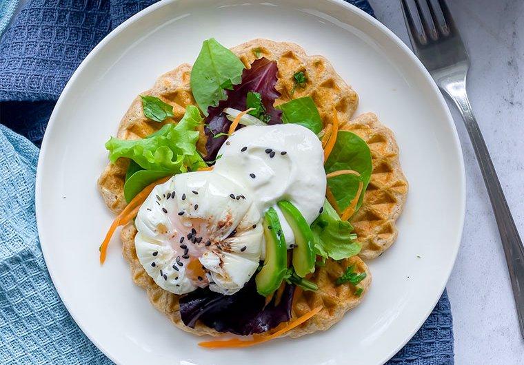 Suolaisetvohvelit, munia ja salaattia