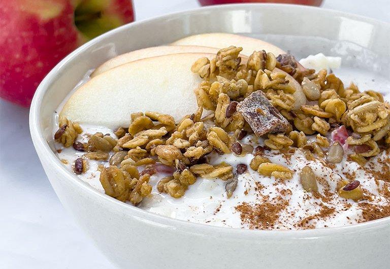 Kevyt välipalaherkku raejuustosta, jogurtista ja omenasta
