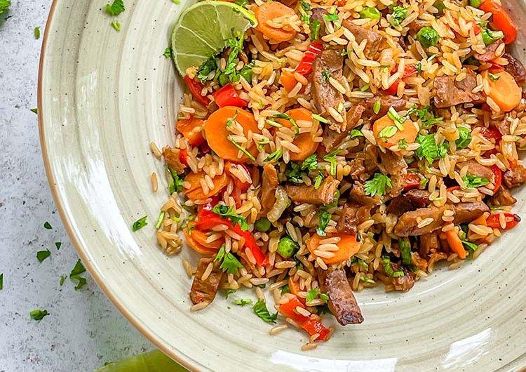 Paistettua riisiä Vöner stripped suikaleita ja kasviksia